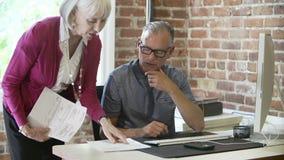 Två höga Businesspeople som har möte i designstudio stock video