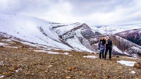 Två höga kvinnor som överst tycker om sikten av Whistlersberget i Jasper National Park Royaltyfri Bild