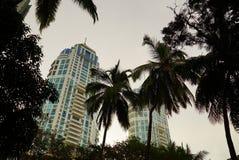 Två höga löneförhöjningbyggnader med grova spikar Arkivfoto