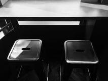 Två höga stolar och en tabell Arkivfoto