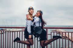 Två högskolakvinnastudenter av marin- akademi som tar selfie av den bärande likformign för hav roligt lyckligt ha för vänner arkivfoton