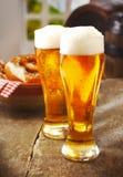 Två högväxt exponeringsglas av guld- öl Royaltyfri Fotografi
