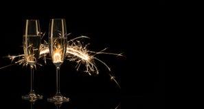 Två högväxta exponeringsglas av champagne i Bengal ljus Arkivbilder