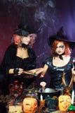 Två halloween häxor Arkivfoto
