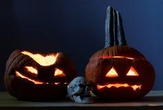 Två halloween pumpor och scull Royaltyfri Foto