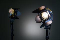 Två halogenstrålkastare med Fresnel linser Skjuta i studion eller i inre TV filmer, foto royaltyfri foto