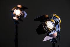Två halogenstrålkastare med Fresnel linser Skjuta i studion eller i inre TV filmer, foto fotografering för bildbyråer