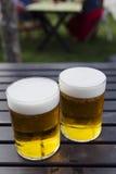 Två halva liter av kallt öl Arkivfoton