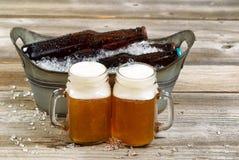 Två halva liter av nytt kallt öl av hinken fyllde framme med is Arkivfoton