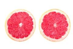 Två halvor av den saftiga och organiska grapefrukten, på en vit bakgrund Nya, organiska och exotiska grapefrukter sund mat Royaltyfri Bild