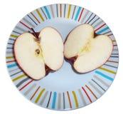 Två halvor av ett äpple som isoleras på vit Royaltyfri Fotografi