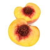 Två halvor av persikan som isoleras på vit bakgrund Royaltyfria Foton