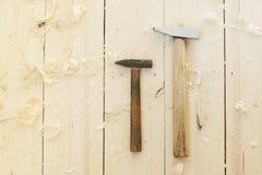 Två hammare på golvet Royaltyfria Bilder