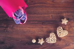 Två hampahjärtor och hyacintblommor i gåvapåse royaltyfri fotografi