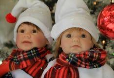 Två handcrafted dockor, uppklädd för ferierna Royaltyfria Foton