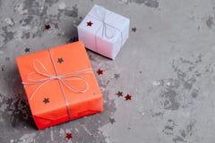 Två handcrafted festliga gåvor som sloggs in i rött och lila papper royaltyfri fotografi