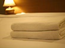 Två handdukar på sängen Fotografering för Bildbyråer