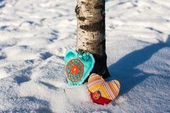 Två   handgjorda hjärtor på en snöbakgrund Royaltyfri Bild