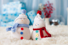 Två handgjorda snögubbear med julbakgrund på vit päls Royaltyfria Foton