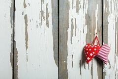 Två hemlagade hjärtor på en gammal träbakgrund Begrepp: Dag för St-valentin` s Royaltyfri Bild