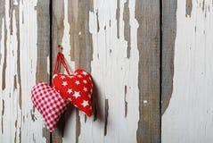 Två hemlagade hjärtor på en gammal träbakgrund Begrepp:: Dag för St-valentin` s, dag för moder` s Fotografering för Bildbyråer