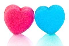 Två hjärtor av blått- och rosa färgkanter Arkivbilder