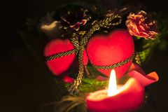 Två hjärtor en bukett av blommor och en brinnande stearinljus Stilleben för dag för valentin` s Royaltyfri Bild