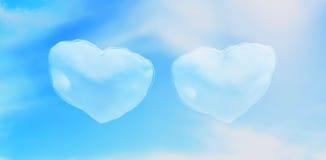 Två hjärtor har frambragt moln i den blåa himlen royaltyfri foto