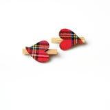Två hjärtor med materialet, med träomfamningar Fotografering för Bildbyråer