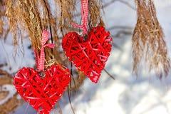 Två hjärtor på en bakgrund av snö arkivfoton