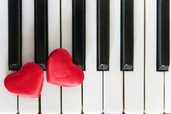 Två hjärtor på piano - förälskelsebegrepp Royaltyfria Bilder
