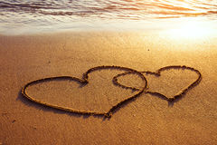 Två hjärtor på sanden Arkivfoton