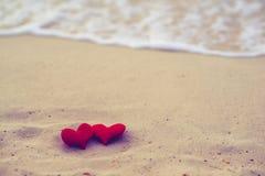 Två hjärtor på sommarstranden Fotografering för Bildbyråer