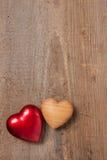Två hjärtor på trä Arkivbilder