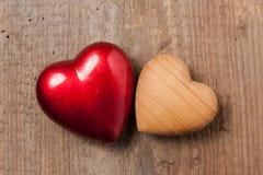 Två hjärtor på trä Fotografering för Bildbyråer