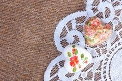 Två hjärtor som dekoreras med decoupageteknik Royaltyfria Bilder