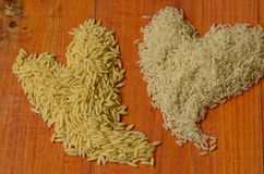 Två hjärtor som göras från ris Ris förälskelse, hjärta, reis, arroz, riso, riz, риÑ-, liebe, amor, amore, kärleksaffär, ² ÑŒ f Royaltyfri Foto