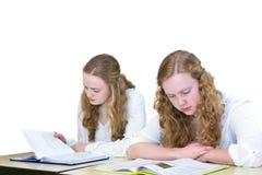 Två holländska studerande böcker för tonårs- flickor för utbildning royaltyfria bilder