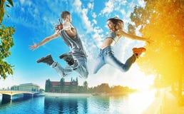 Två hoppa dansare på en stads- bakgrund Royaltyfri Foto