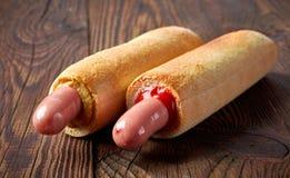 Två hotdogs på trätabellen Arkivfoto