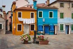 Två hus i den Burano ön Royaltyfri Foto