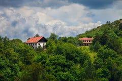 Två hus i skogen Arkivbild
