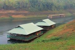 Två husbåtflöten på sjön Royaltyfria Bilder
