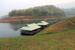 Två husbåtflöten på sjön Fotografering för Bildbyråer