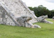 Två huvud av orm på den El Castillo pyramiden i Chichen Itza Royaltyfri Foto