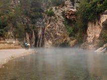 Två i dimman som håller ögonen på till och med vattnet arkivbild
