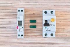 Två identiska strömkretssäkerhetsbrytare av differentiell ström men olikt i storlek Royaltyfria Foton