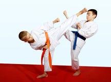 Två idrottsman nen som gör sportar parade övningar Arkivfoto