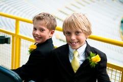 Två iklädda bröder en passa. Royaltyfri Foto