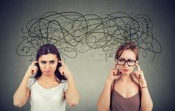 Två ilsket som misshas med de kvinnor som ignorerar att inte lyssna sig arkivfoton